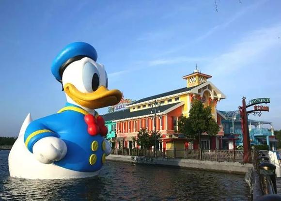 炎炎夏日,巨型唐老鸭亮相上海迪士尼