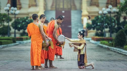 老挝琅勃拉邦特别体验——布施及注意事项